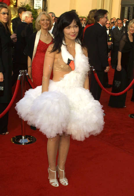 Björk wearing the swan dress, Marjan Pejoski, 73rd Academy Awards, 2001 (Getty Images)