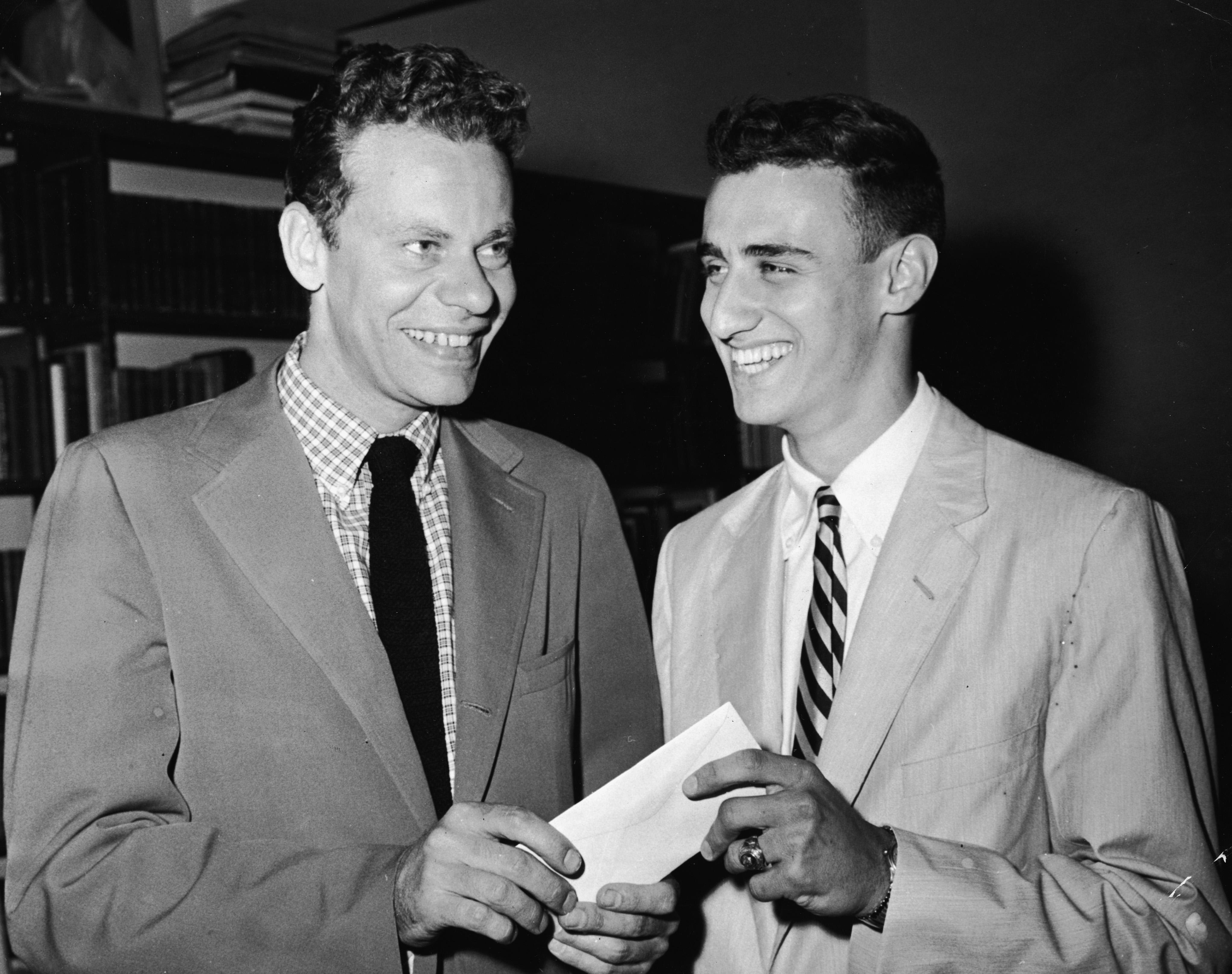 Charles Van Doren, aceptando un sobre de una persona desconocida, en 1958. (Imagen: Hulton Archive/Getty Images).