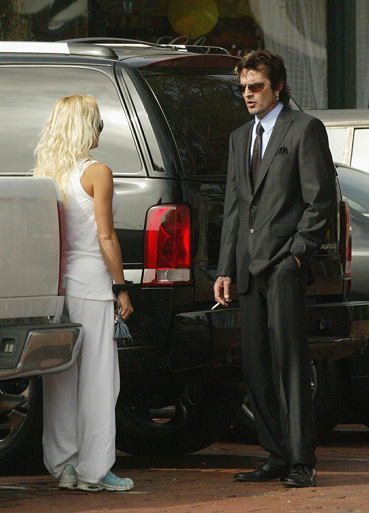 Pamela Anderson talks with former husband and musician Tommy Lee, drummer for Motley Crue, at the Malibu Courthouse after a probation progress report April 10, 2003, in Malibu, California (Source: Frazer Harrison/Getty Images)
