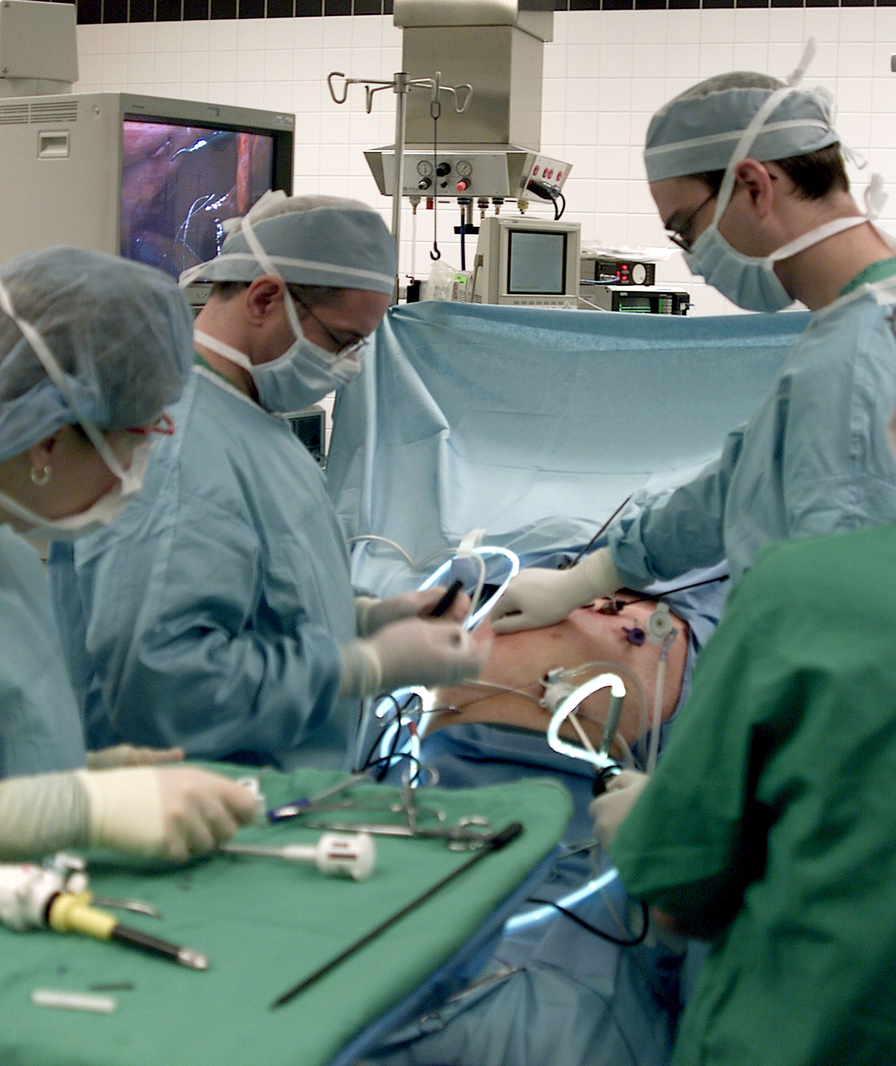 Dr. Raymond Onders (C) uses laparoscopic surgery to implant electrodes in Christopher Reeve's diaphragm at University Hospitals of Cleveland February 28, 2003, in Cleveland, Ohio. (Getty)