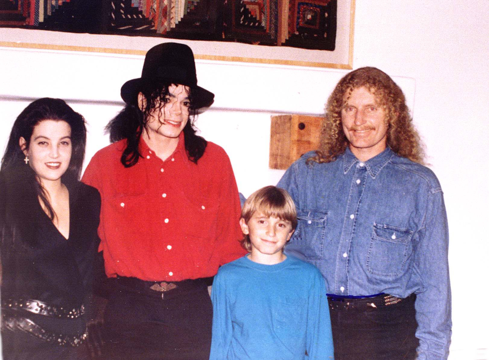 Australian artiste Brett Livingston Strong poses with his son Stason, pop star Michael Jackson and Lisa Marie Presley in August 1994. (Getty Images)