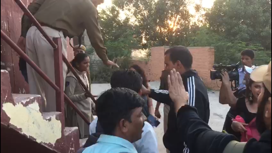 Soon, a battle of words ensued between the Palace security and the media professionals present on the scene, and within a few minutes, Jodhpur police had to get involved so as to bring some stability into the matter. (Meaww Photos)