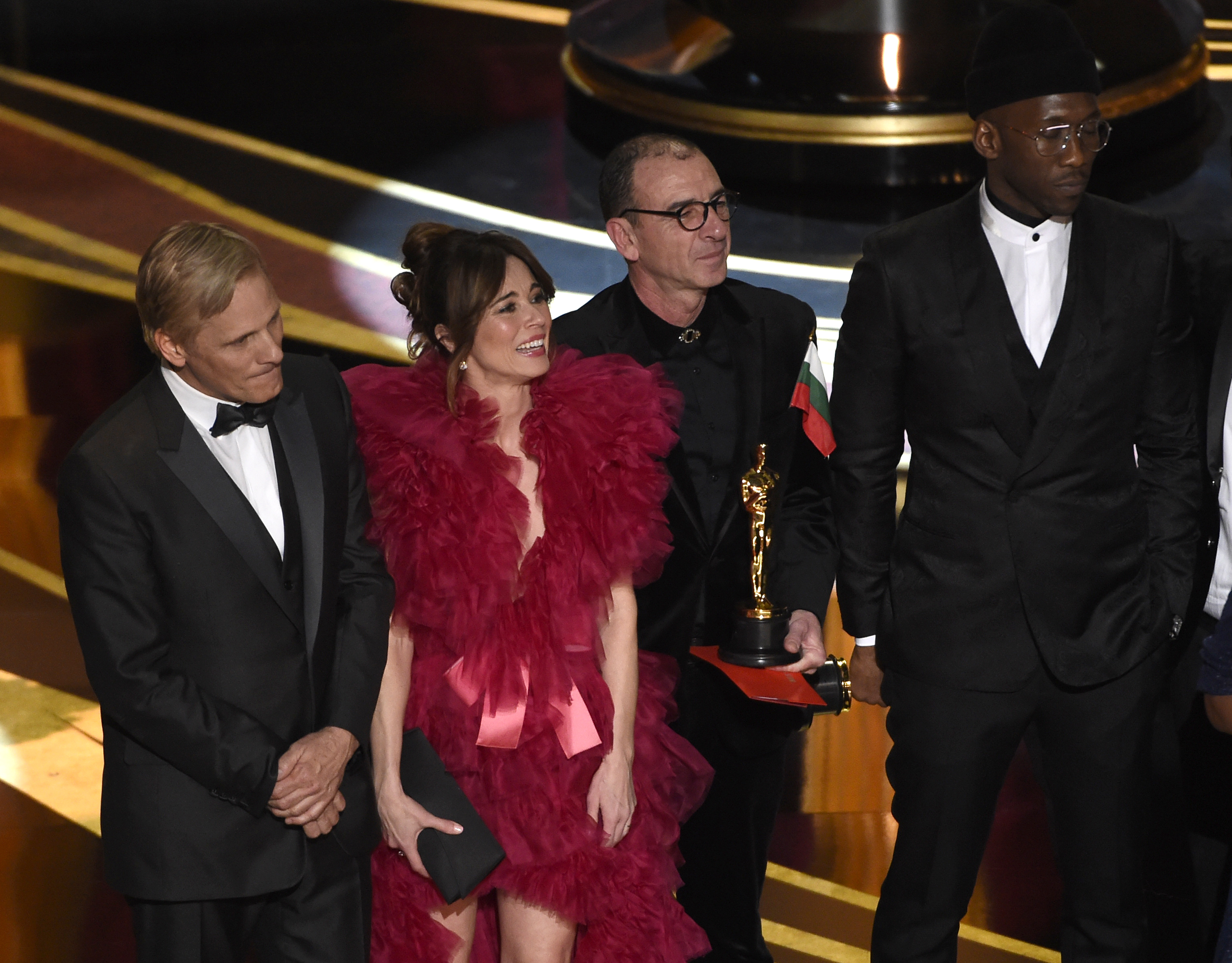 "Viggo Mortensen, from left, Linda Cardellini, Dimiter Marinov and Mahershala Ali accept the award for best picture for ""Green Book"" at the Oscars on Sunday, Feb. 24, 2019, at the Dolby Theatre in Los Angeles. (Photo by Chris Pizzello/Invision/AP)"