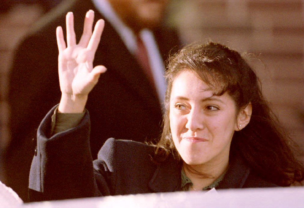 Lorena Bobbitt waves to cheering demonstrators as she leaves the Prince William County Courthouse in Manassas, VA, 18 January 1994 after the fifth day of testimony in her malicious wounding trial (Source: J. DAVID AKE/AFP/Getty Images)