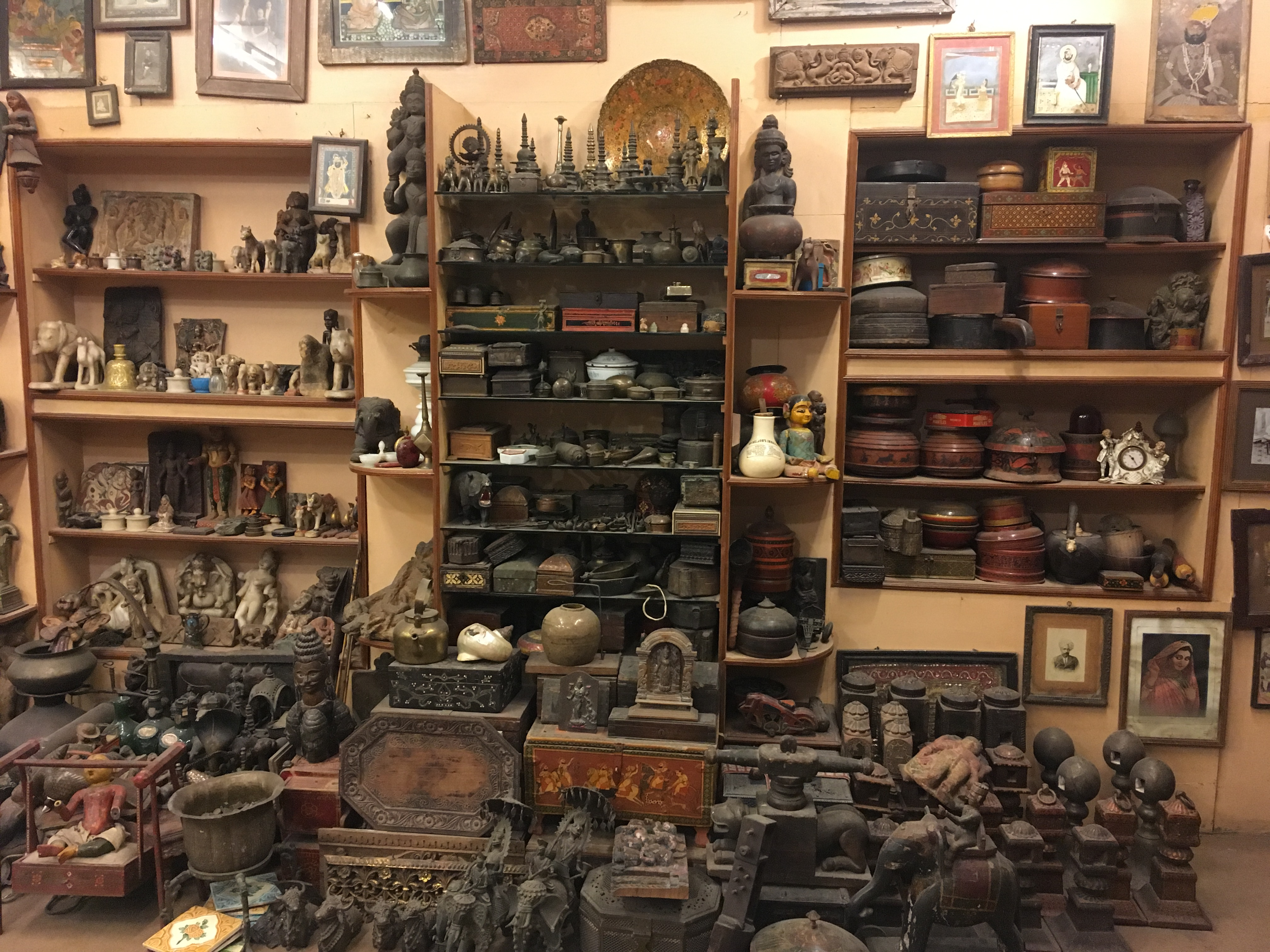 Some of the most popular antiquities that the city has to offer its tourists are the small trinkets from times gone by, like age-old key chains, small jewelry boxes adorned with semi-precious gemstones, marble carved statues and sculptures, etc. (Meaww Photos)