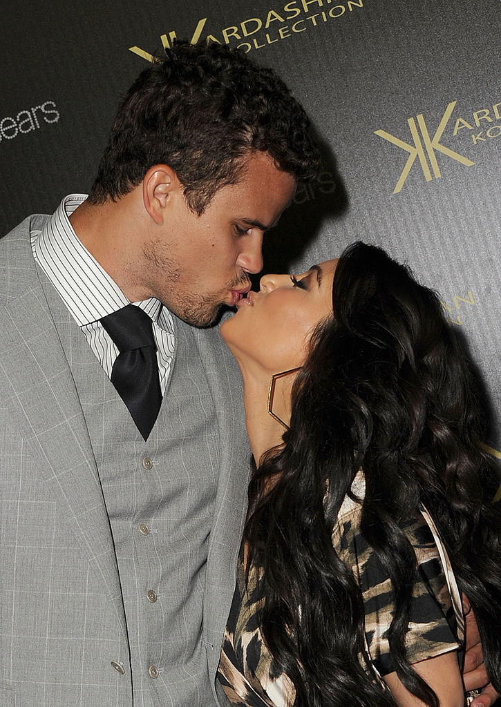 Reality TV star Kim Kardashian and New Jersey Nets forward basketball player Kris Humphries kiss on the red carpet of the Kardashian Kollection Launch Party on August 17, 2011, in Hollywood, California. (Photo by Jason Merritt/Getty Images)