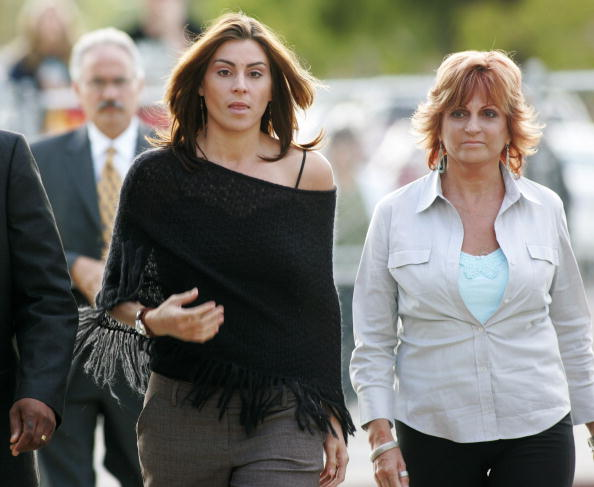 Defense witnesses Chantal Robson (L) and her mother Joy Robson (R) arrive at the Santa Barbara County Courthouse for the Michael Jackson child molestation trial May 6, 2005, in Santa Maria, California (Source: Hector Mata-Pool/Getty Images)